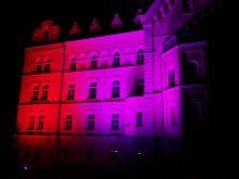 Pensi erstrahlt in den Regenbogenfarben durch die Künstlerin Waltraut Cooper